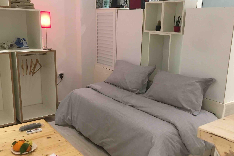 Un lit escamotable pratique pour une chambre salon