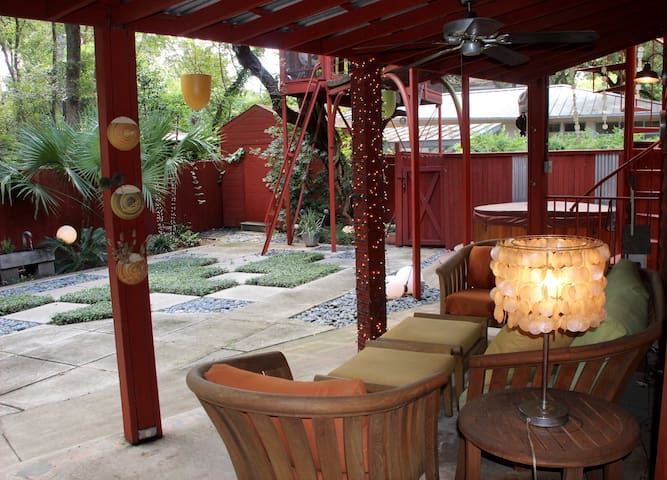 Eclectic 1/1 - Lush patio & fountain, near lake/DT