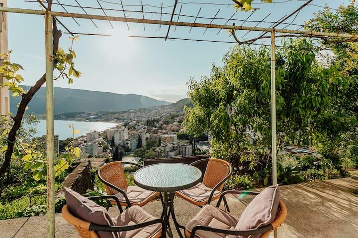 Apartman sa terasom i pogledom na more