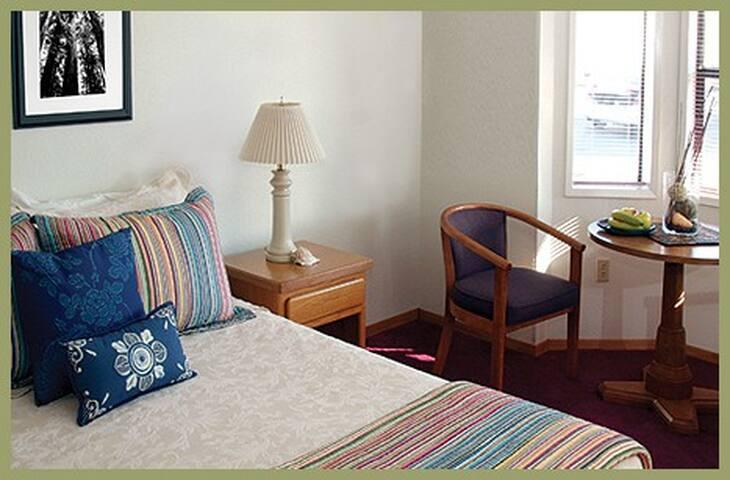 11 - Coffee Creek Room - Redwood Suites