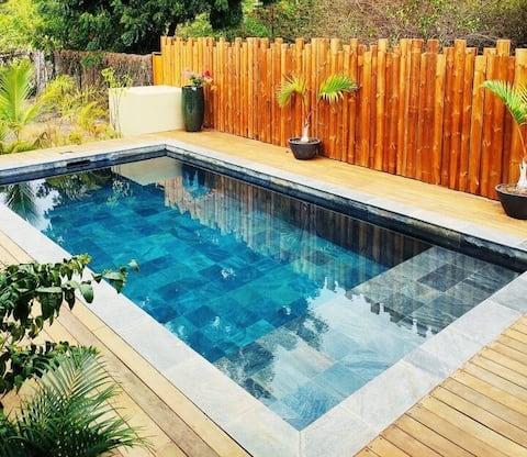 Chambre spacieuse, sanitaires privés, piscine...
