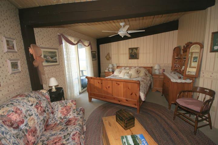 Guest Bedroom 1 (Sleigh) Queen size bed.