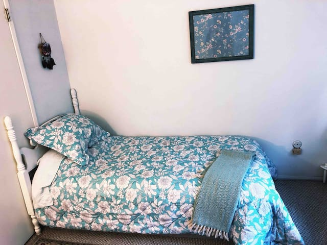 Private Room -Walking Distance CSUN-Single Room