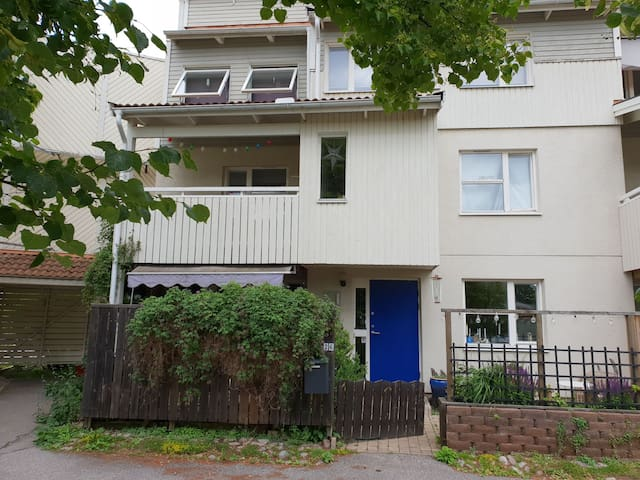 Spacious, cosy 3 floor townhouse 20 min from city
