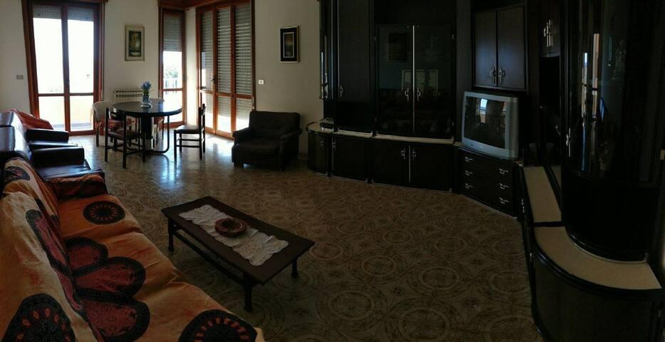 Ampio salone con divani - letto, poltrone e balcone con veduta mare
