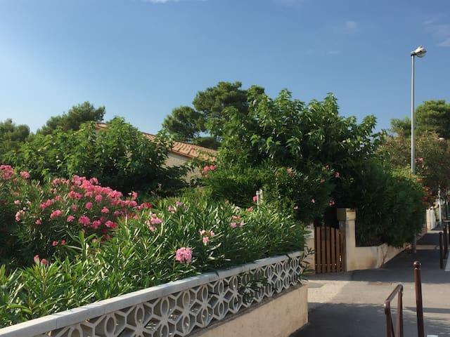 Petite villa indépendante , proche plage.
