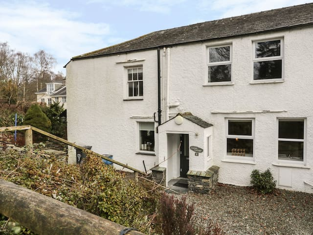 CORNER COTTAGE, with a garden in Bowness-On-Windermere, Ref 980133