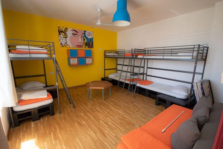 Dormitorio yellow 6 posti letto misto.