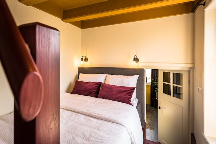 Opkamer, slaapkamer met boxspring 140 x 200 cm, bedlampjes en TV