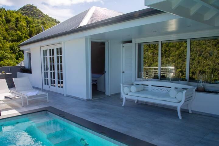 Chambre 2 vue de la piscine