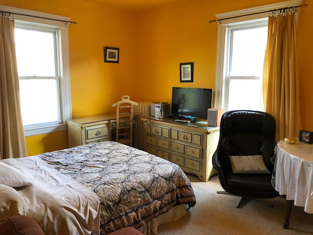 Sunny  bedroom w parking, use of kitchen 30 mn NYC