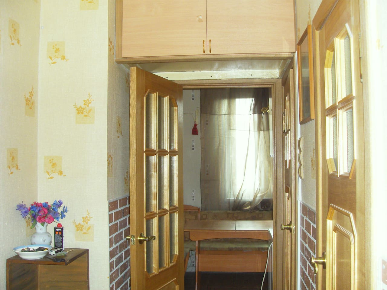 вход в кухню  с коридора,справа двери в ванную и туалет.