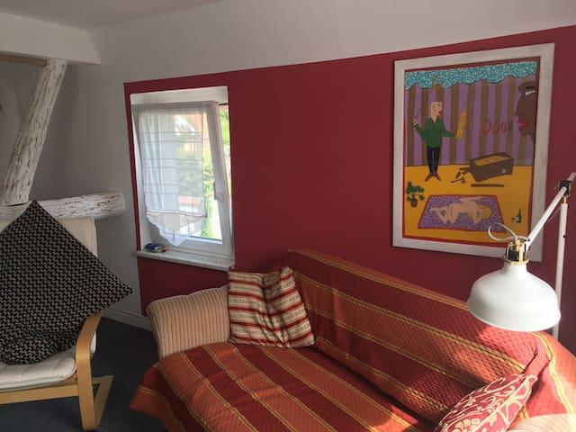 """Das ist das """" helle Zimmer"""" bzw. das """" Moritz Götze Zimmer"""", ein bekannter hallescher Künstler, von dem Siebdrucke und Bücher ausgestellt sind. Helles, gr. Zimmer mit grossem Doppelbett und Klappschlafsofa, Bürohochtisch usw."""
