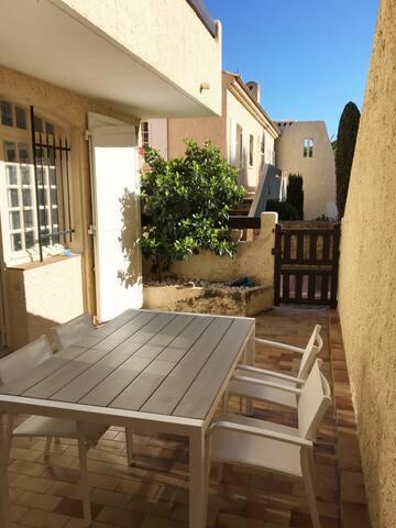 Table extérieure avec ou sans voile selon le soleil...