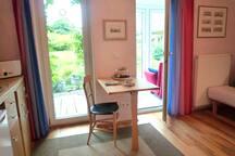Schönes Zimmer mit Küchenzeile