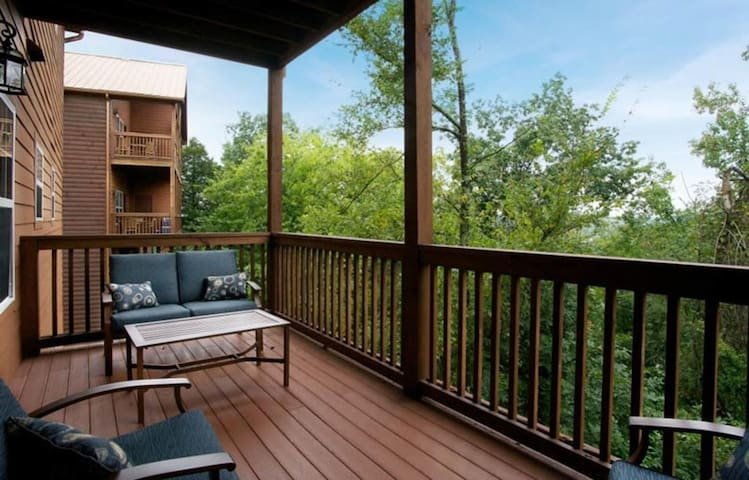 Two Bedroom Luxury Condo, Pigeon Forge TN (A722)
