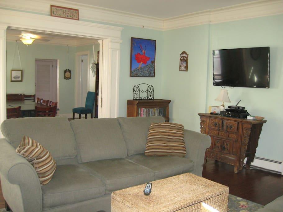 "Living room has 47"" HD smart TV with Netflix"