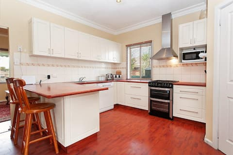 Spacious East Albury home: near airport & hospital