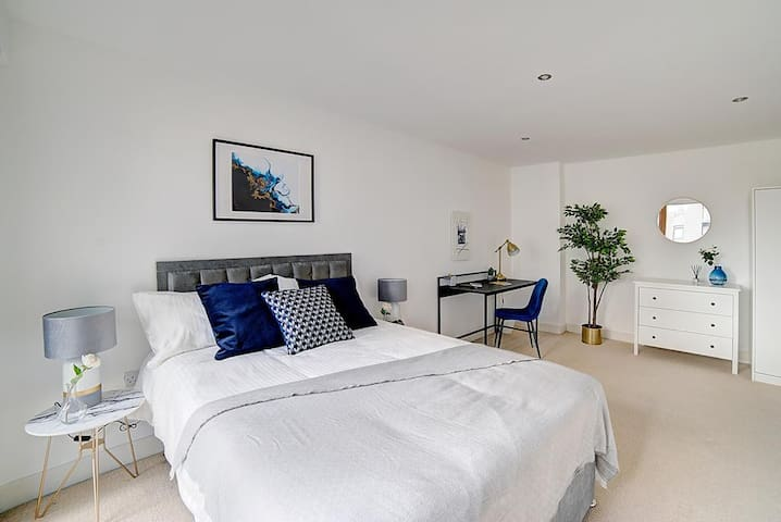 Canal View spacious double room in Leeds Dock City