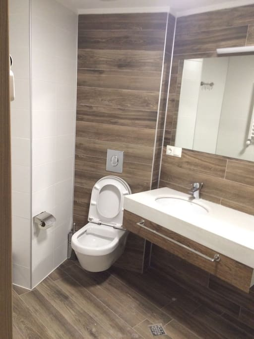 a bathroom with shower санузел с душем