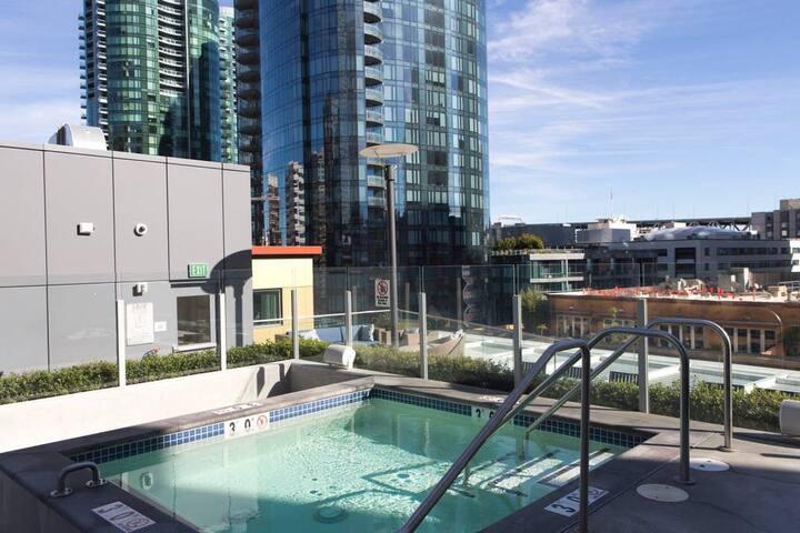 Waterfront Bay Bridge Views in Heart of SF+Rooftop