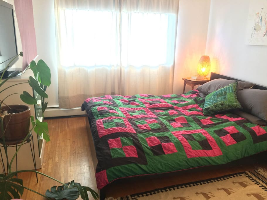 Queen size bed with brand new sheets, pillows and douve... TV with pull-down hidden screen for those who like to watch movies in bed.