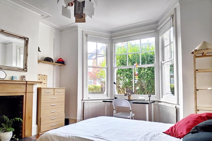 Private cosi room with a bay window. N7