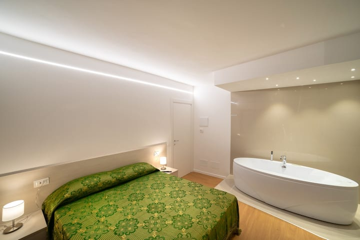 Dolomiti Suite- hot tub in bedroom- ID:M0250062255