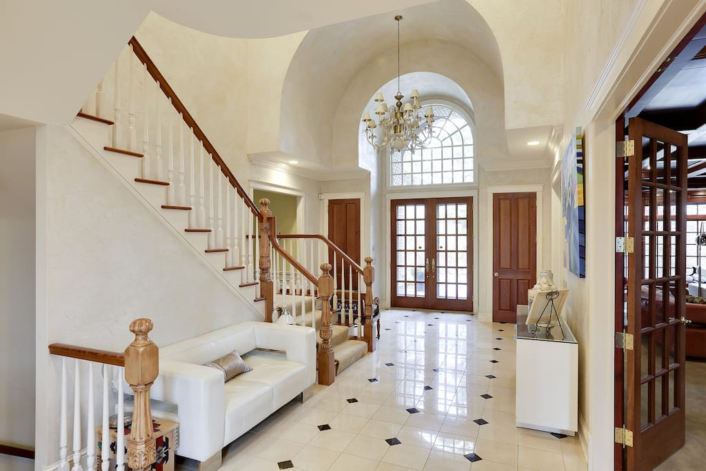 2-story foyer with marble floor, arched ceiling and palladium window.