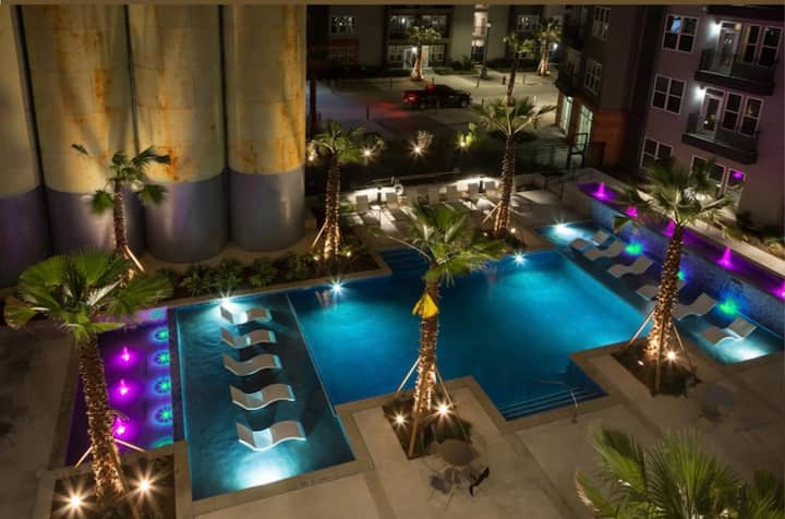 Luxury+DWTWN+AccesstoRiverwalk+Pool+Bikerentals12#