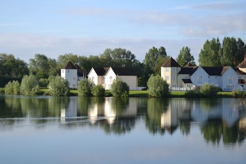 Peaceful lake view lodge in the Cotswolds