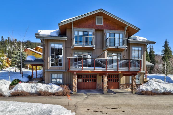 Gorgeous Ski In/Ski Out Townhome, Close to Village