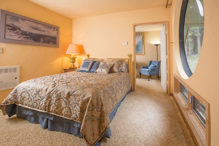 A cozy queen-sized bed with views to the wonderful Sierra National Forest just outside, and the sitting room that's adjoining -- extra comfy space to spread out and enjoy - whether reading, using your laptop, or just relaxing!