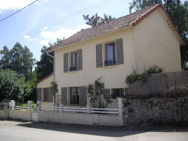 Chambre privée dans maison avec petit jardin