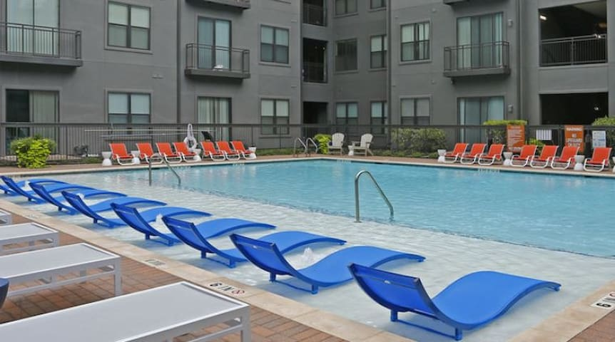 KING Bed Suite At TCU With Pool & GYM