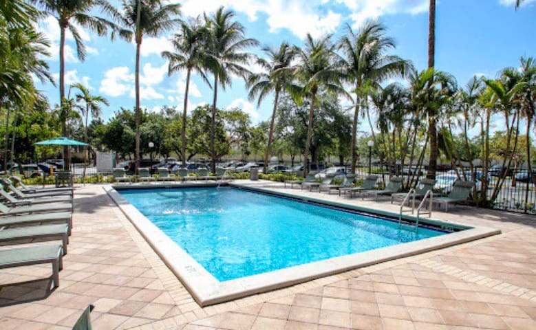 Modern Apartment 2 Pools + 24hr Gym +Free Parking