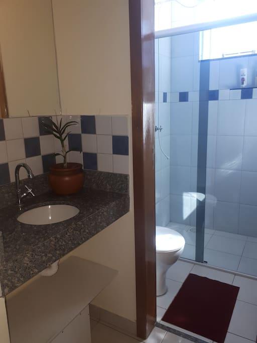 Lavabo e banheiro exclusivo
