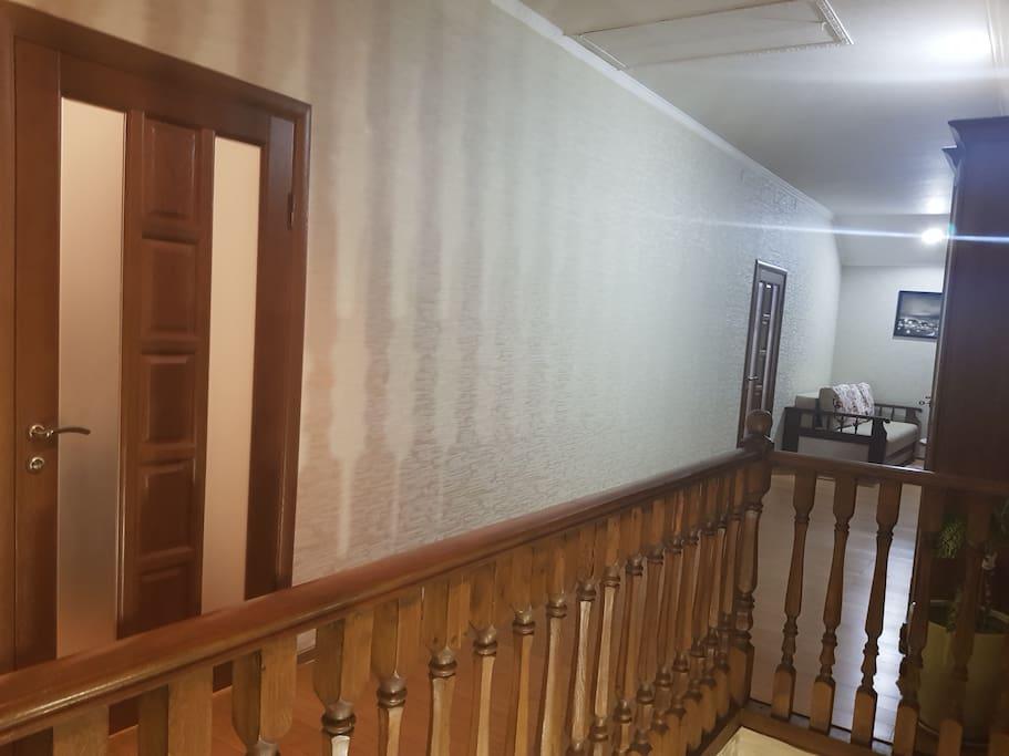 Вход на 2 этаж (2 спальни с санузлами и гардеробными )