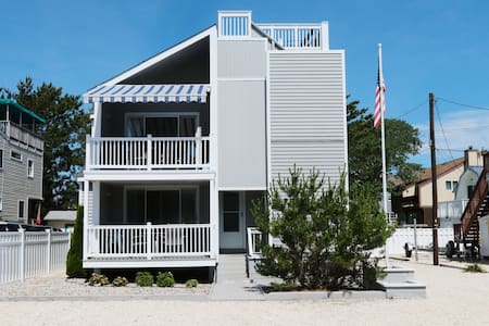 Wonderful Beach Haven Duplex - Top Floor - 4 BR - Beach Haven