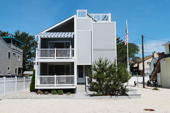 Wonderful Beach Haven Duplex - Top Floor - 4 BR