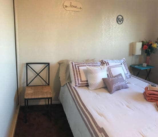 COZY ROOM CLOSE TO THE BEACH NO CLEAN FEE+ BCYCLES