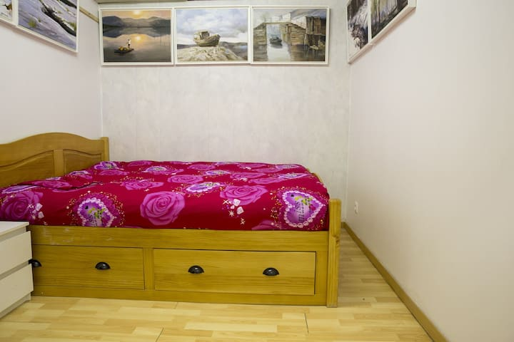 Petite chambre lumineuse et tranquille