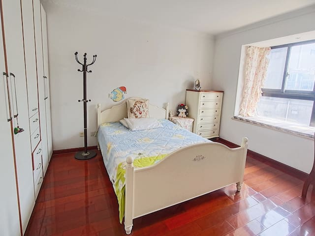 一楼的卧室,双人床1.5*2.0