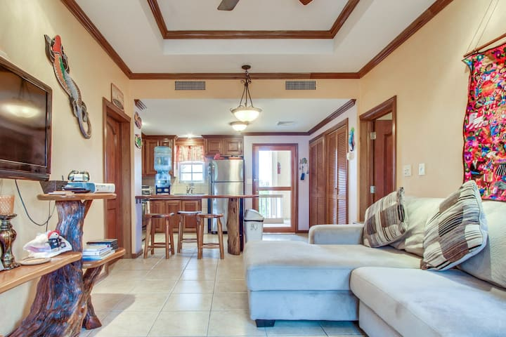 Lakefront condo  w/ shared pool, beautiful lake views, and nearby beach access!