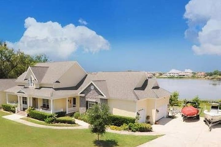 Large villa situated in Orlando's finest suburb