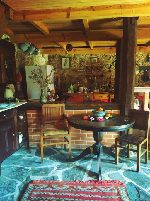 Sala e cozinha open space. living room and kitchen open space. Salle à manger et cuisine open space.