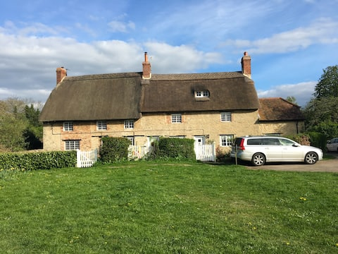 Grade II Thatched Cottage near Oxford - Sleeps 10!