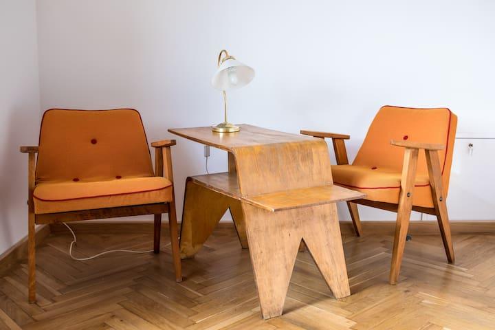 Odnowione meble retro z fotelami 366 proj. J. Chierowskiego; Vintage renovated furniture