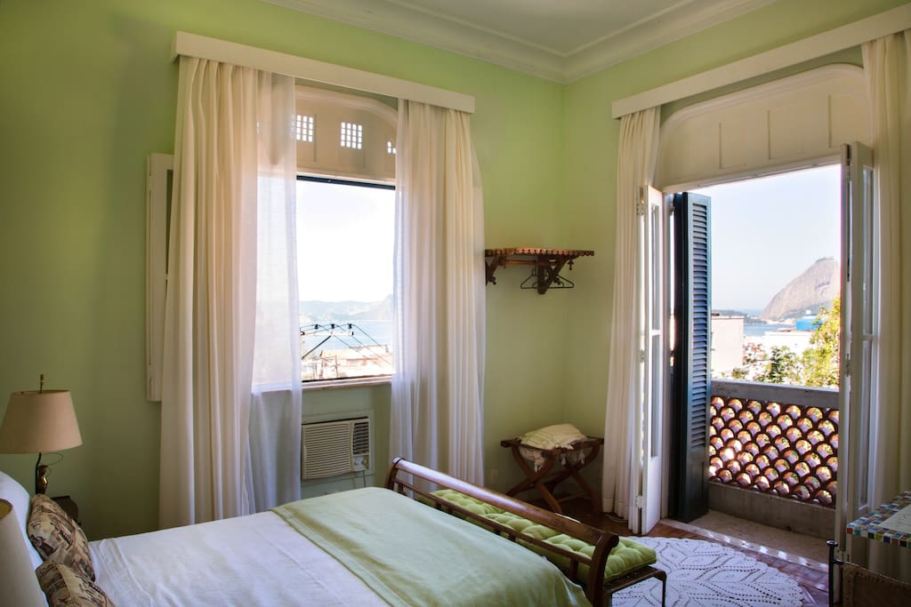 Breezy corner Bedroom with astonishing view to Sugar Loaf mountain and Guanabara Bay