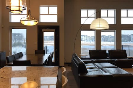Lake n lawn view 2 Bedrooms 10mins to UofM 1500ft2